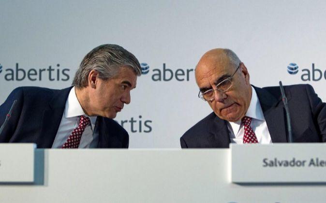 El consejero delegado de Abertis, Francisco Reynes, conversa con el...