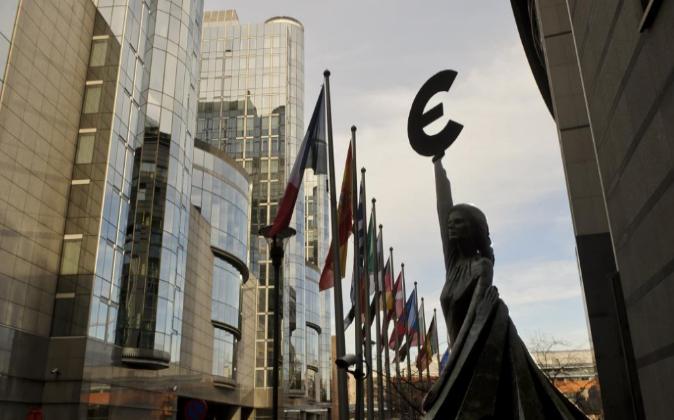 Estatura del euro frente al edificio sede del Parlamento Europeo en...