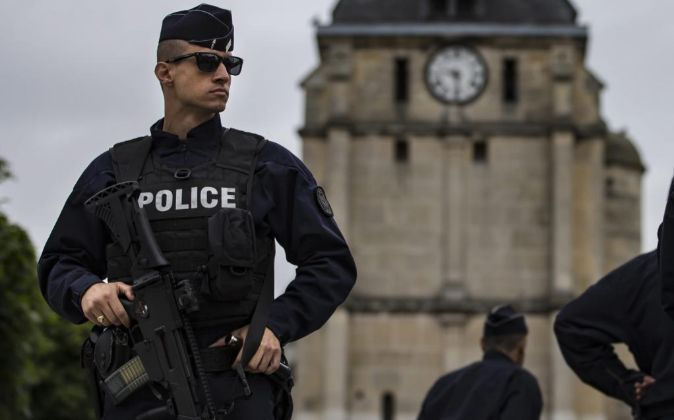 Un policía vigila los alrededores de la iglesia de Saint Etienne du...