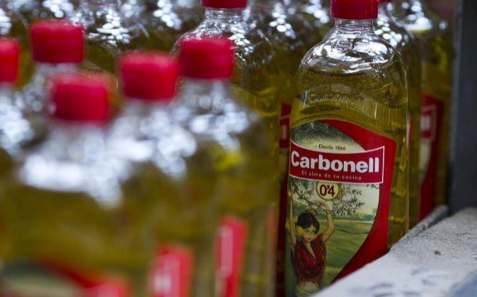 Botellas de aceite de oliva de la marca Carbonell, propiedad de...