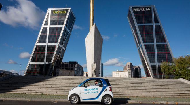Un vehículo eléctrico de Car2go en la Plaza de Castilla de Madrid.