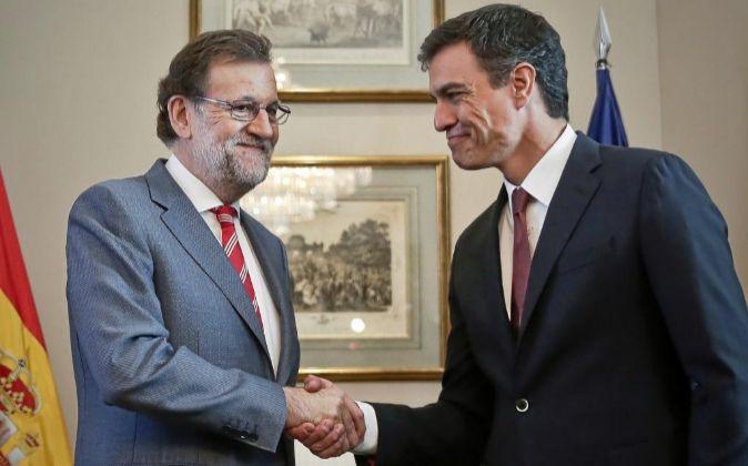 Mariano Rajoy estrechando la mano de Pedro Sánchez.