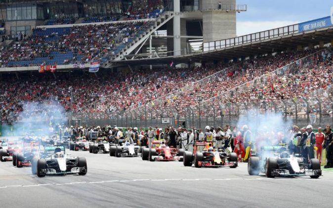 Monoplazas de F1 iniciando la vuelta de calentamiento antes del inicio...