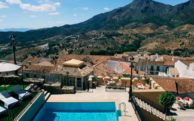 Desde la piscina se puede ver el pueblo de Carratraca, rodeado de...
