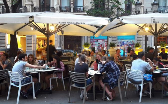 Una terraza en Barcelona. La hostelería es la principal impulsora del...