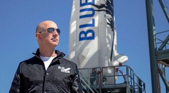 Jeff Bezos posa junto a uno de los cohetes de su compañía Blue...