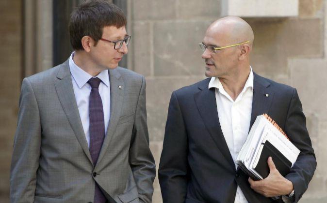 El conseller de Justicia, Carles Mundó (i), acompañado por el...