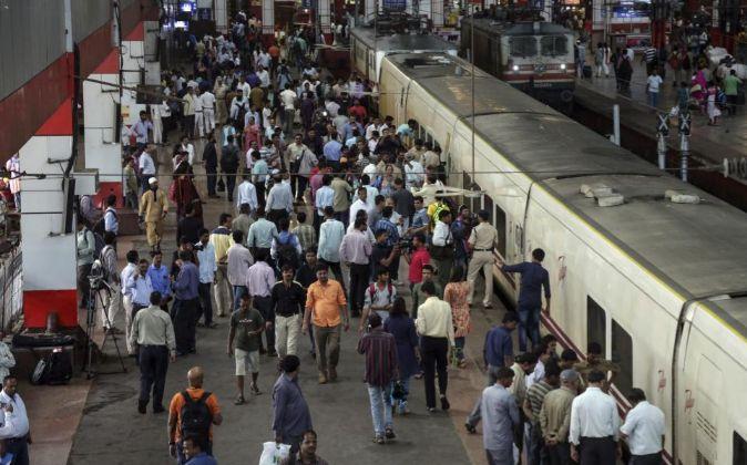 La llegada a la estación de Bombay del tren de la compañía Talgo...