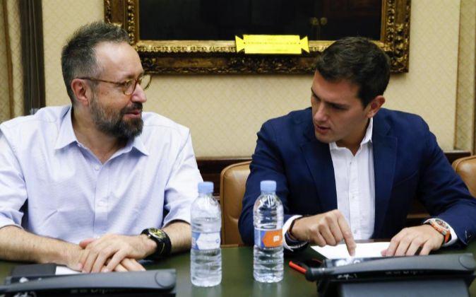 El presidente de Ciudadanos, Albert Rivera (d), junto al portavoz Juan...