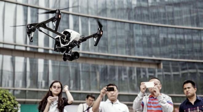 Un dron sobrevuela la ciudad en un vuelo de demostración.