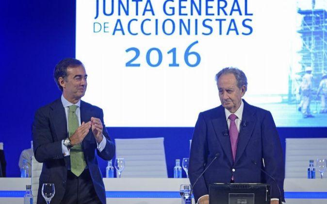 Juan Miguel Villar Mir (derecha) durante la junta de accionistas de la...