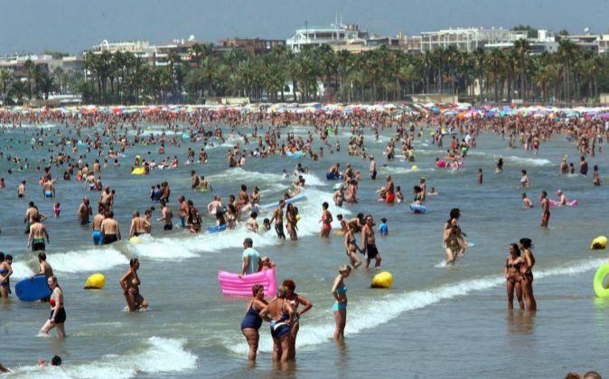 La Playa de Levante de Salou repleta de turistas al inicio de las...
