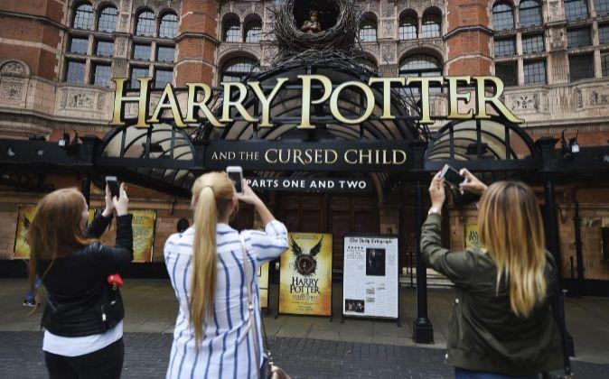 En la obra de teatro, Harry Potter, de 40 años, lidia con su hijo...