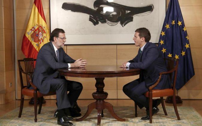 El presidente del Gobierno en funciones, Mariano Rajoy (i), y el...