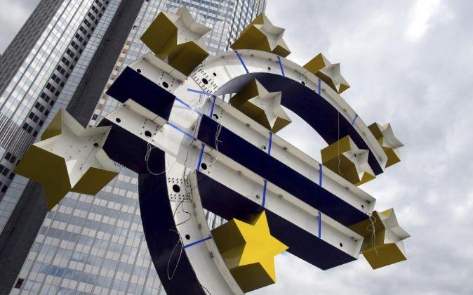 Vista de la escultura del euro durante su proceso de renovación.