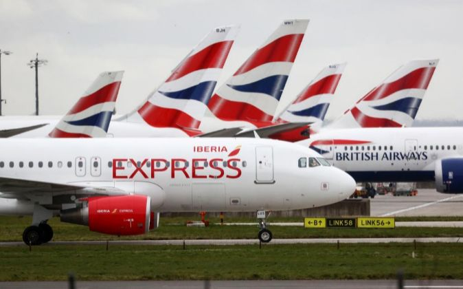 Aviones de Iberia Express y British Airways en el aeropuerto de...