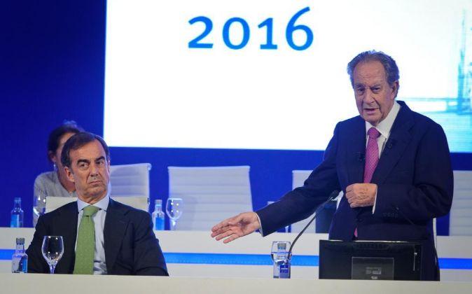 Juan Miguel Villar Mir (derecha) durante la junta de accionistas en la...