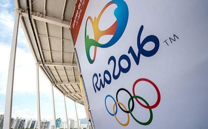 El colorido logo de Rio 2016 luce en uno estadios de los Juegos...