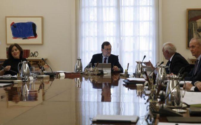 El presidente del Gobierno en funciones, Mariano Rajoy (2i); la...