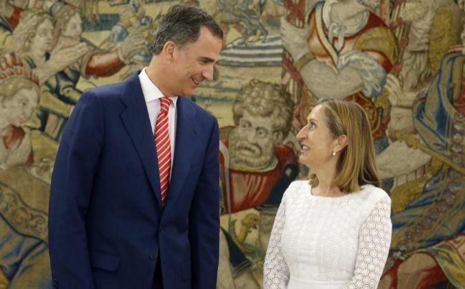 El rey Felipe VI recibe a la presidenta del Congreso, Ana Pastor, a su...