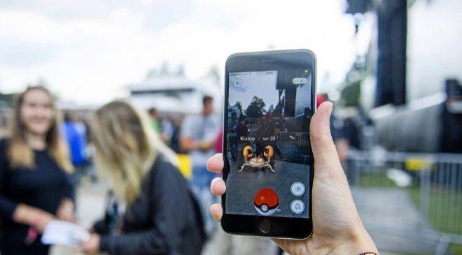 Una mujer juega a Pokémon Go a la salida de un festival de música en...