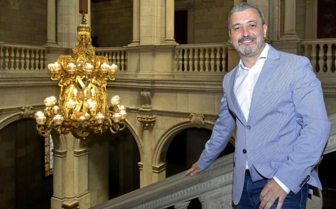 Jaume Collboni, en la escalera gótica del Ayuntamiento de Barcelona.