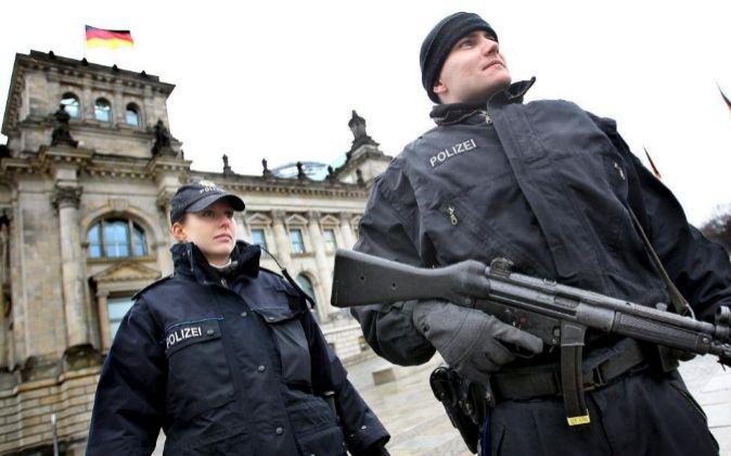 Policías alemanes junto al Parlamento.