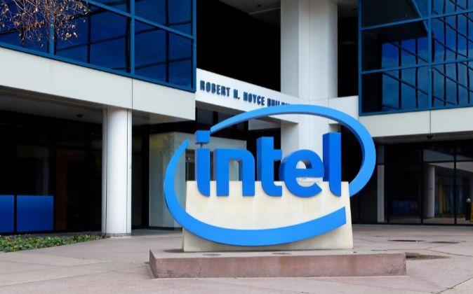 Logo de Intel en su sede en California.