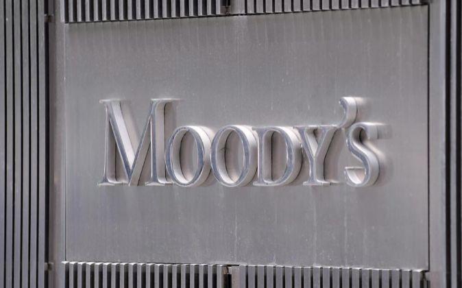 Logotipo de Moody's en la entrada de su sede en Nueva York.