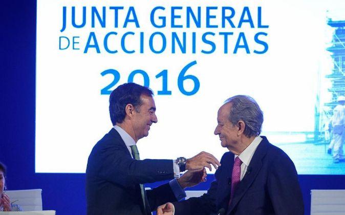 Juan Miguel Villar Mir (d) durante la junta de accionistas en la que...
