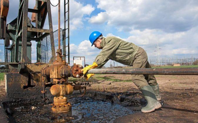 Trabajador en una explotación petrolífera.