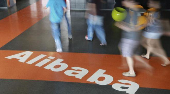 Fotografía que muestra a empleados de Alibaba en la sede de la...