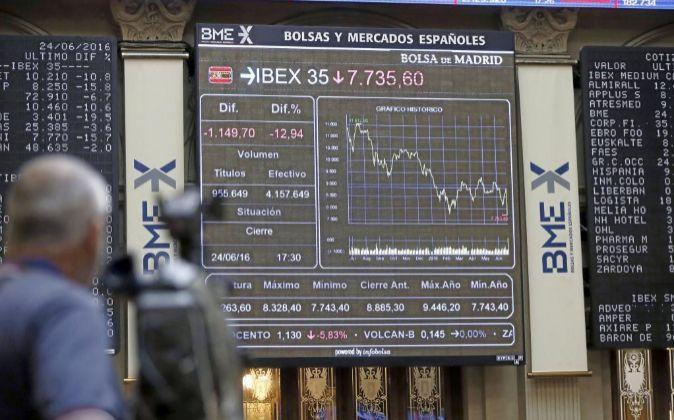 Pantalla de la Bolsa de Madrid con la caída del IBEX 35 por los...