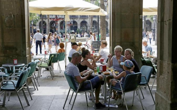 Turistas en la Plaza Real de Barcelona.