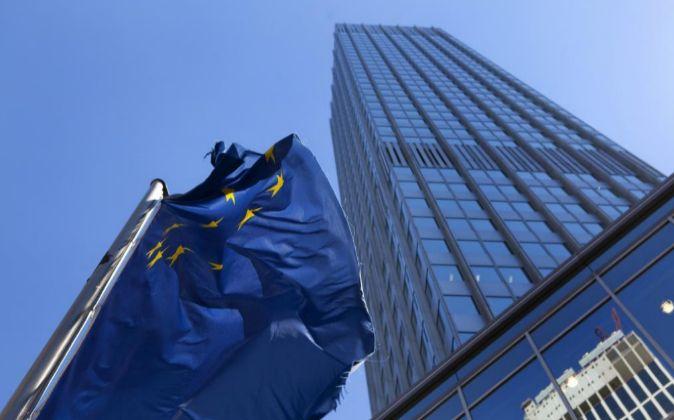 Bandera en la sede del BCE.