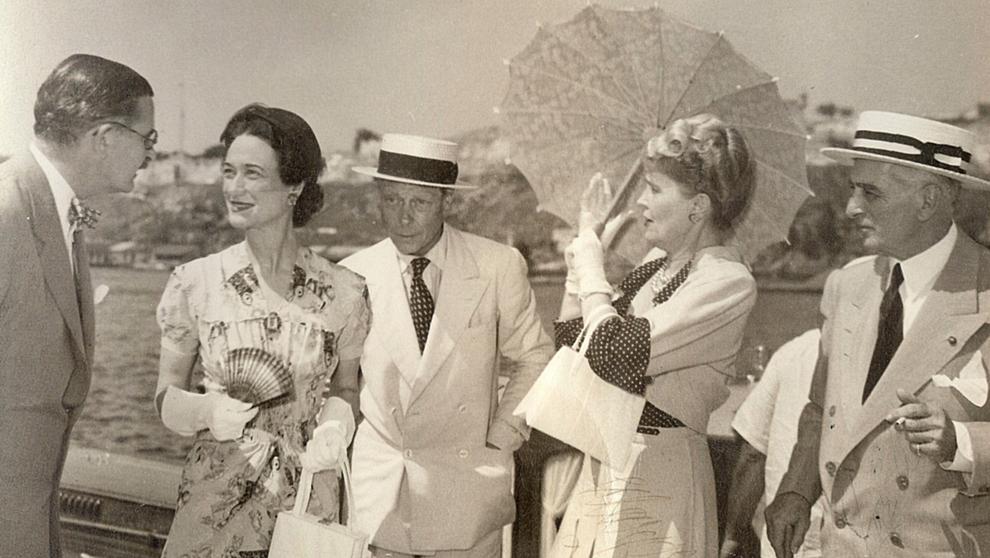 Invitados de postín. Marjorie Merriweather Post (con sombrilla) y su...