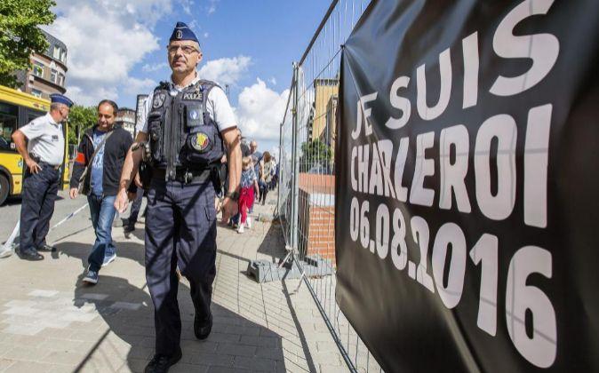 "Un policía pasa junto al lema ""Yo soy Charleroi 06.08.2016""..."