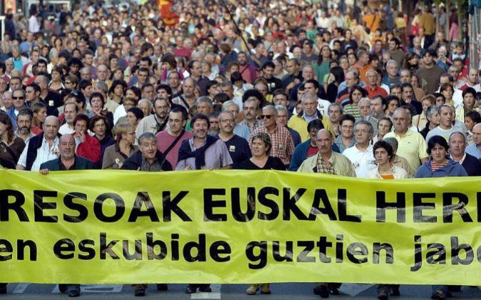 Miles de personas durante un manifestación para exigir un cambio en...