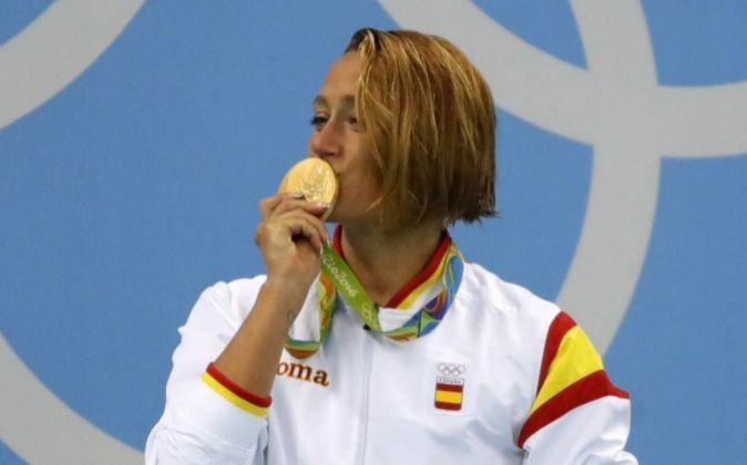 Mireia Belmonte Garcia besa su medalla de oro.