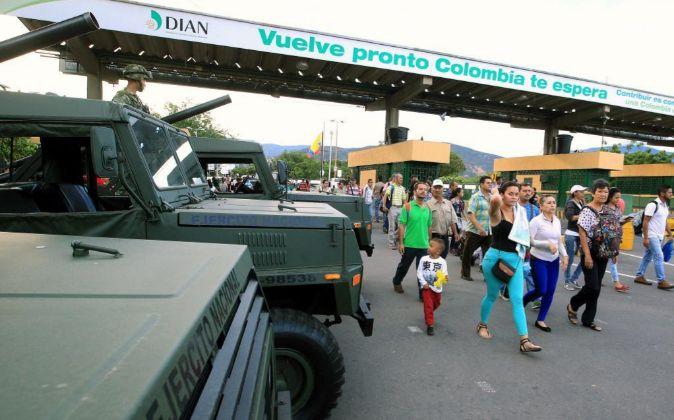 Ciudadanos procedentes de Venezuela utilizan el transporte para llegar...