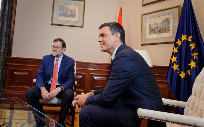El presidente del Gobierno en funciones, Mariano Rajoy, y el...
