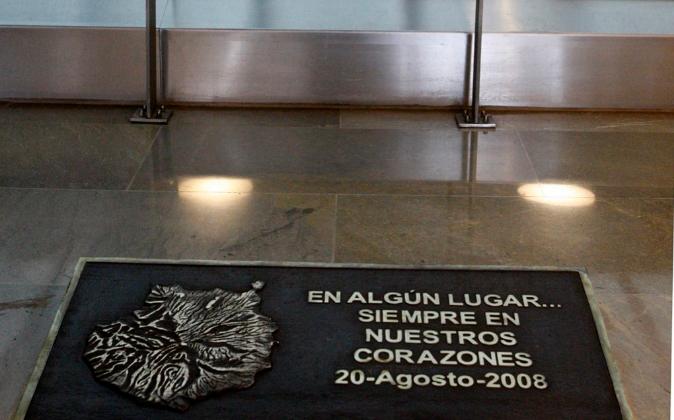 Placa colocada en el aeropuerto de Madrid- Barajas en honor de los...