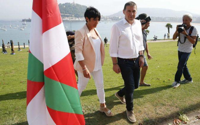 El candidato a lehendakari por EH Bildu, Arnaldo Otegi (2i), junto a...