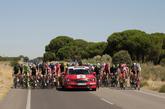 Un Skoda Octavia en una vuelta ciclista