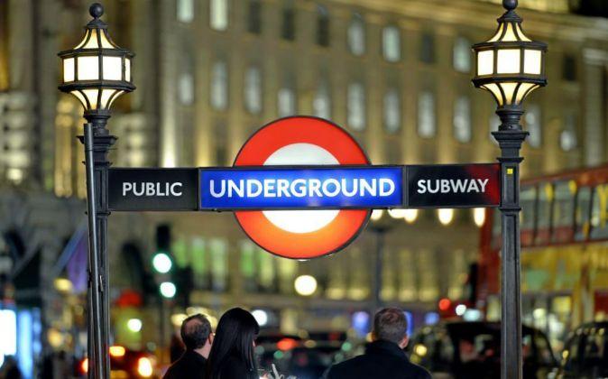 Entrada al metro de Londres en Regent Street, cerca de la concurrida...