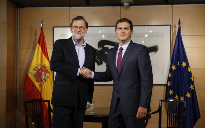 El presidente del Gobierno en funciones, Mariano Rajoy, y el líder de...