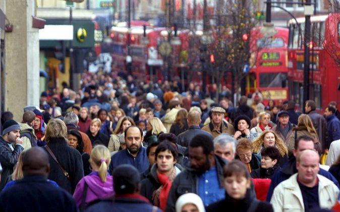 Peatones caminan por la zona comercial de Oxford Street en Londres.