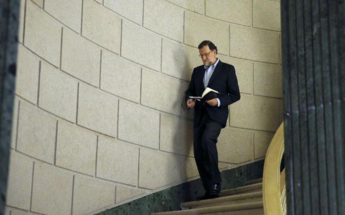 El presidente del Gobierno en funciones, Mariano Rajoy, camino de una...