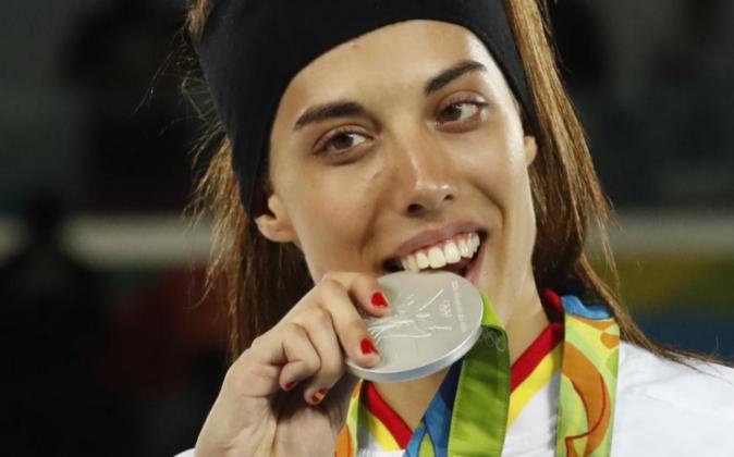 La española Eva Calvo posa con la medalla de plata hoy, jueves 18 de...