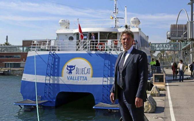 Ger Rottink, director de Blue-Mar Ferri, con el catamarán de la ruta...